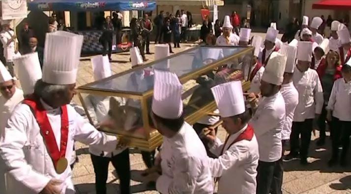 Trecento berretti bianchi accolgono il patrono dei cuochi