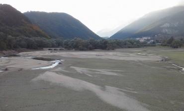 Il lago di Barrea ridotto a una pozza d'acqua