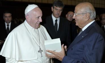 Città del Vaticano, Papa Francesco riceve il monile di Franco Coccopalmeri