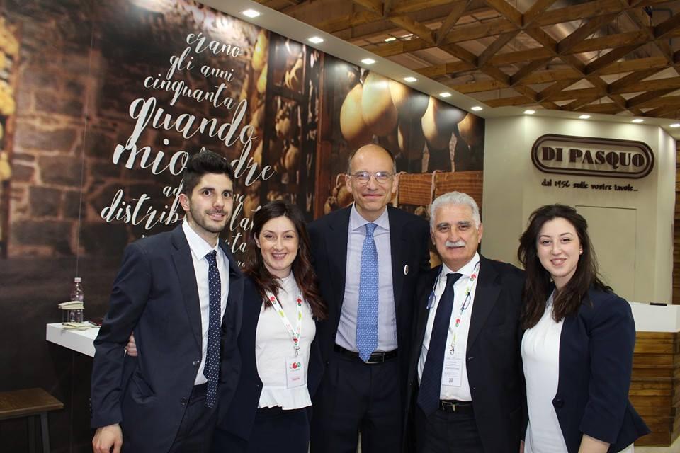 Il team del Caseificio Di Pasquo insieme ad Enrico Letta