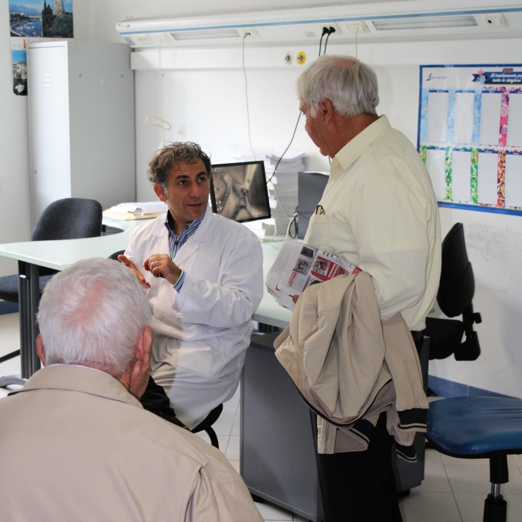 il dottor Nicola Modugno con i pazienti