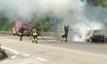 Esclusivo - San Pietro Avellana, automobile prende fuoco sulla ss 652: la tragedia è a un passo
