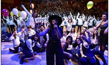 Isernia, Povia strappa applausi: folta presenza all'auditorium per la rassegna delle canzoni di Sanremo