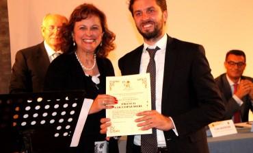 """Coccopalmeri ispirato da Quasimodo conquista la Sicilia con """"Amore"""". Nominato socio onorario del parco letterario di Roccalumera"""