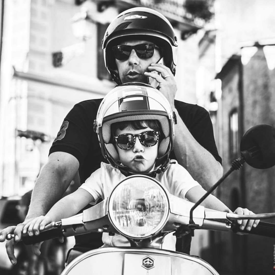 sindaco Lorenzo Marcovecchio col figlio in vespa