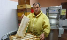Castel del Giudice, il guru dell'apicoltura Aldo Metalori visita l'apiario di comunità