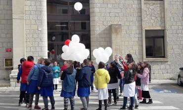 Agnone, palloncini bianchi in cielo: l'omaggio degli scolari delle primarie agli angeli di San Giuliano