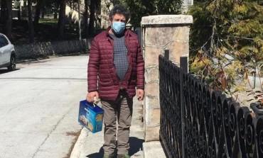 """Pescocostanzo, Bauli dona colombe pasquali ai bambini del borgo. Sciullo: """"E presto riceveranno pure le uova di cioccolato"""""""