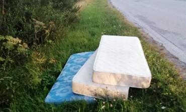 Capracotta, materassi abbandonati sulla strada: l'ira di Paglione