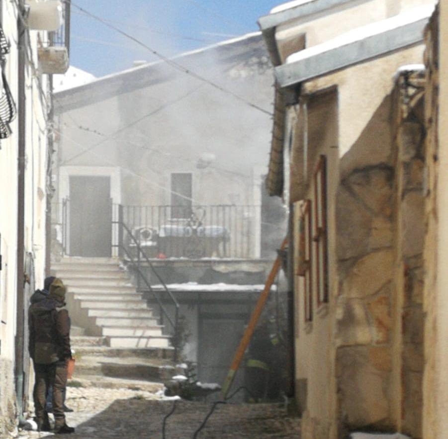 casa in fiamme scontrone