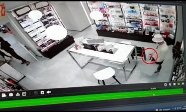 Furto in profumeria, due extracomunitari incastrati dalla videosorveglianza
