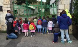 Pescasseroli, scuola materna inagibile: sit-in delle mamme: dov'è la politica?
