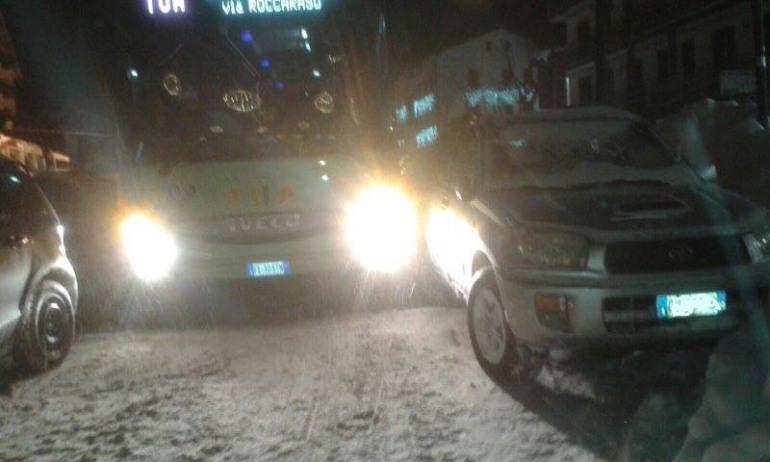 Auto in divieto di sosta: consigliere comunale paralizza il traffico a Roccaraso
