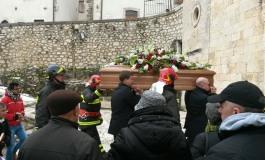Ortona in lacrime per l'ultimo saluto al Vigile del Fuoco Mario Albanese