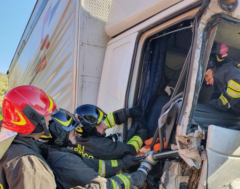 SS 652, incidente tra Tir a Cerro al Volturno: i Vigili del fuoco di Castel di Sangro salvano un autista