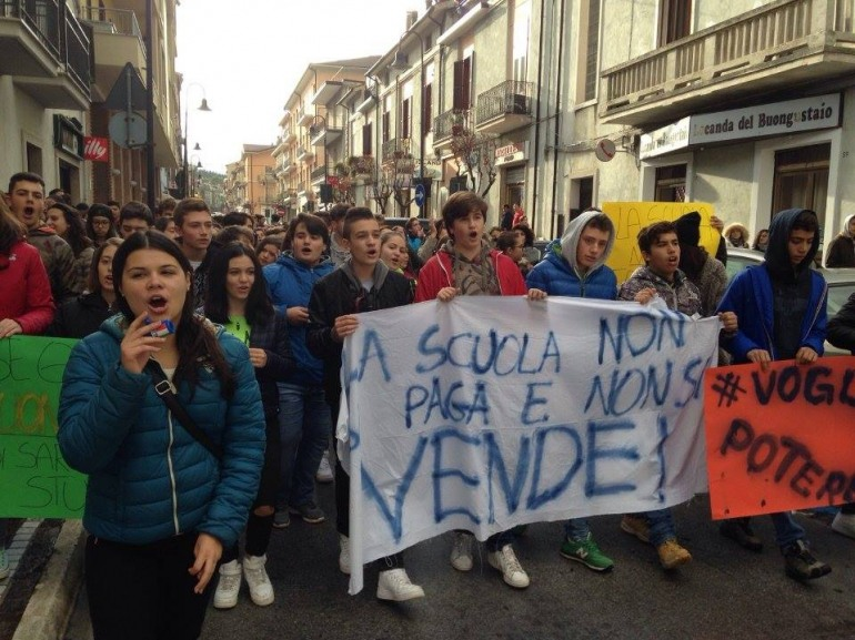 """Studenti in corteo a Castel di Sangro contro la riforma della """"Buona Scuola"""""""