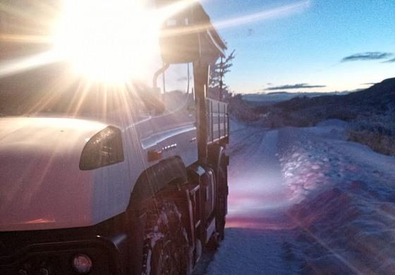 Nevicata improvvisa, il Sindaco prende lo spazzaneve e pulisce le strade