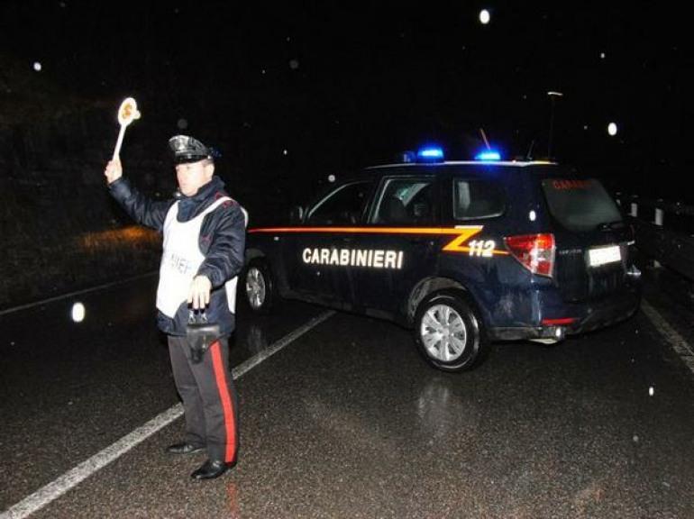 Castel di Sangro, malviventi non si fermano all'alt dei carabinieri: recuperata refurtiva e auto rubata