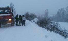 Strada ghiacciata: auto finisce nella scarpata, Vigili del Fuoco entrano in azione