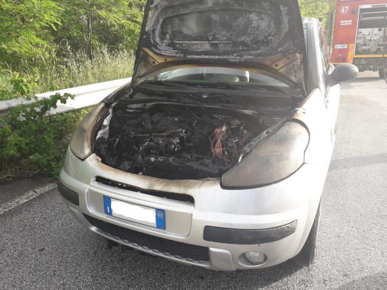 Conducente salvo per miracolo, l'automobile prende fuoco improvvisamente mentre è alla guida