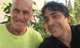 Esclusivo - Il giramondo 81enne Janus River porta i fiori sulla tomba dell'amico Aldo Biscardi
