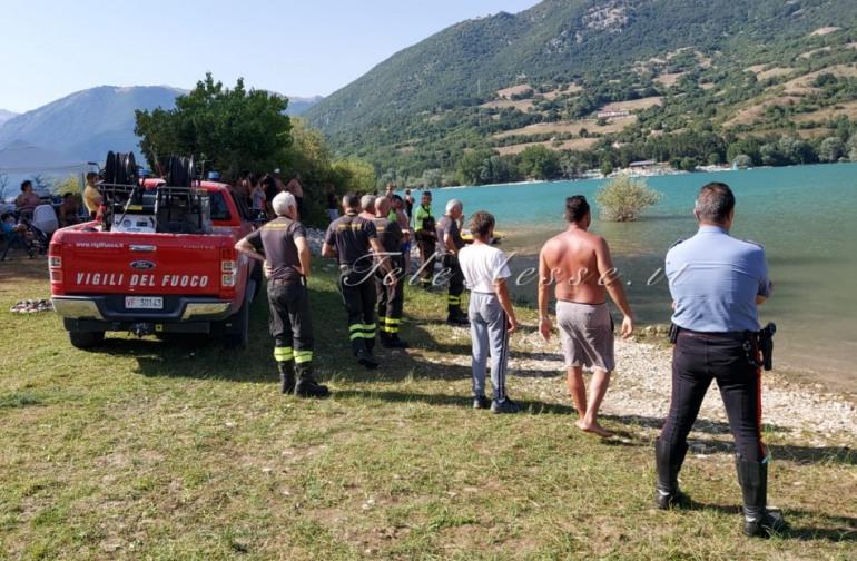 Tragedia al lago di Barrea, salva due bambini e scompare nel lago