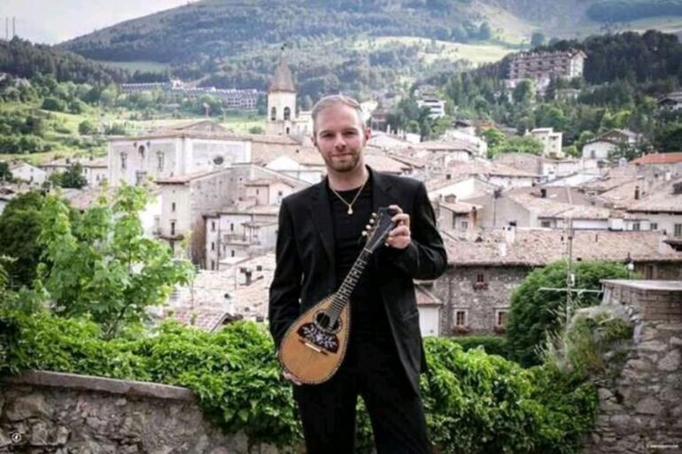 La storia del mandolino, il maestro Francesco Mammola incanta il Teatro Tosti