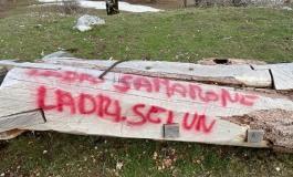 Animale Vegetale, distrutte e imbrattate con scritte di vernice rossa le opere nel Parco Nazionale