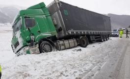 Piano delle Cinquemiglia, autoarticolato scivola sul ghiaccio: traffico in tilt