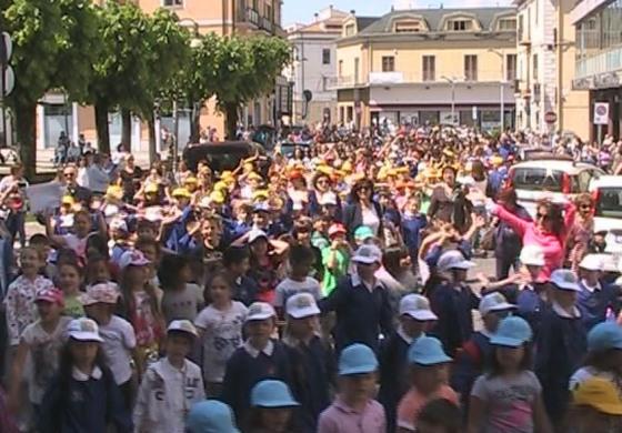 Castel di Sangro, flash mob per la conclusione dell'anno scolastico
