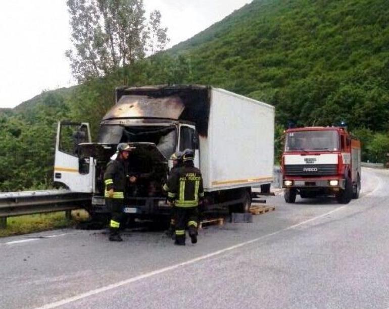 Roccaraso, momenti di panico. Autocarro s'incendia in corsa sulla SS 17