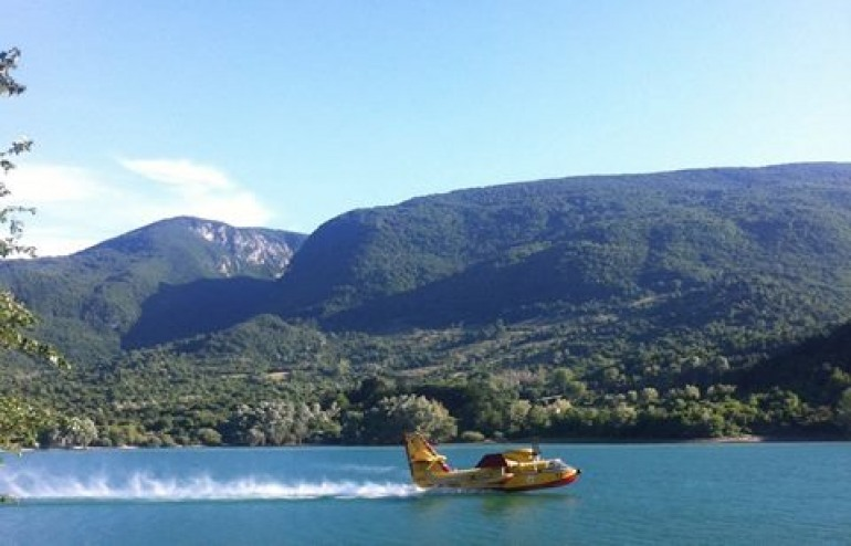 Canadair in azione sul lago di Barrea per incendio a Fornelli