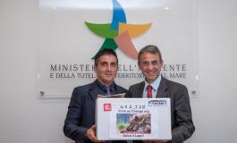 """""""No all'abbatimento dei lupi"""", Walter Caporale incontra il ministro Costa e gli consegna 443 mila firme"""