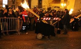 Il Natale di Agnone splende con le fiamme della Ndocciata, reporter europei tra le migliaia di presenze