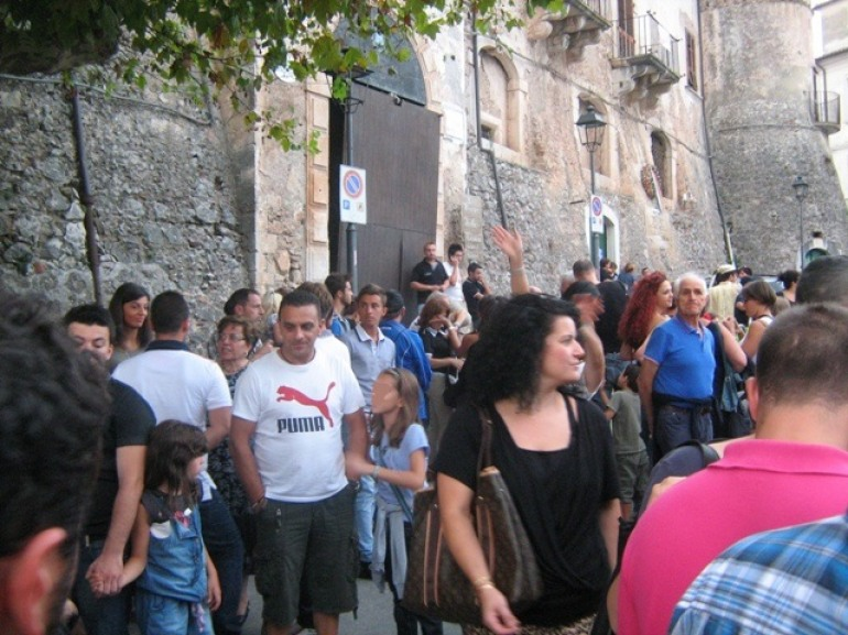 """Fornelli spalanca le porte ai turisti: """"Vicoli, fiori e musica"""", sabato 7 maggio"""