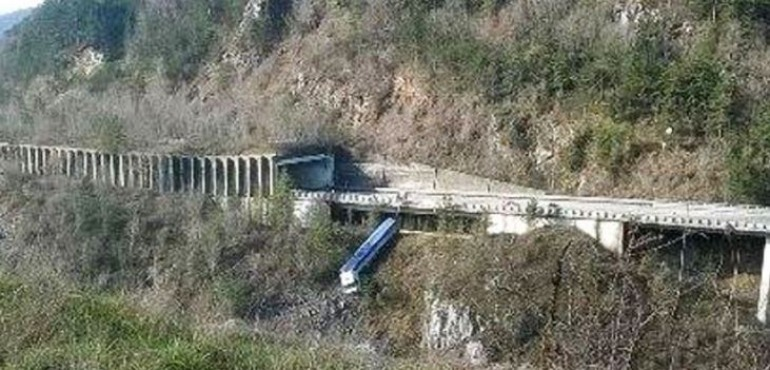 Rionero Sannitico, Tir sfonda il guard rail e finisce in fondo alla scarpata