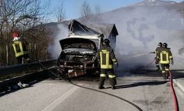 Rischia di morire per l'autocombustione del furgone. Provvidenziale l'intervento dei Vigili del Fuoco
