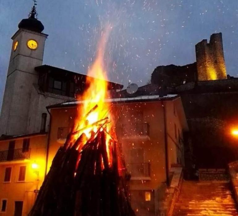 Alfedena capitale della celebrazione a Sant'Antonio Abate: domani si accendono 11enormi fuochi