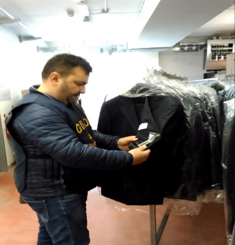 Isernia, articoli di abbigliamento contraffatti: maxi sequestro della Guardia di Finanza