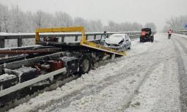 Perde il controllo dell'auto a causa della neve, illeso il conducente