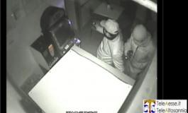 Esclusivo - Eccoli: a volto semi coperto mentre rubano nel bar di Ateleta