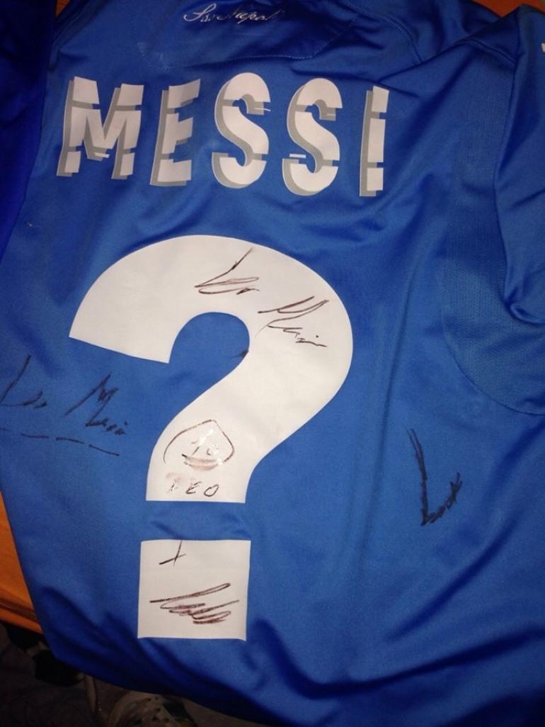 'Falco' acchiappa Messi a Barcellona e si fa autografare 2 maglie: Il ricavato ai bambini affetti da cancro