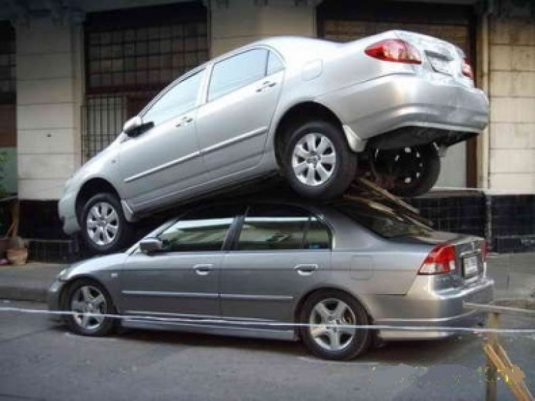 """Tutti giù per terra: """"Ve lo do io il parcheggio"""""""