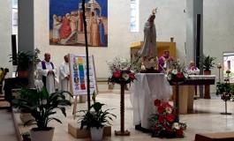 Festa dell'amicizia a Roma, l'abbraccio del vescovo Claudio Palumbo ai bagnolesi