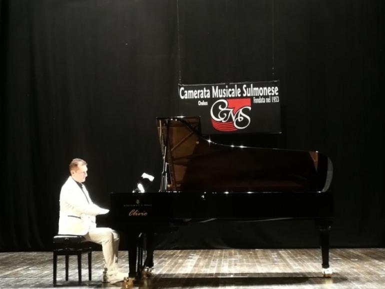 Simone Sala incanta il pubblico del 'Caniglia' e augura lunga vita alla camerata musicale sulmonese