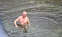 Gaetano Di Carlo si butta nelle acque gelide del Volturno per salutare il 2017